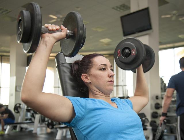 Urzędniczka ćwicząca na siłowni
